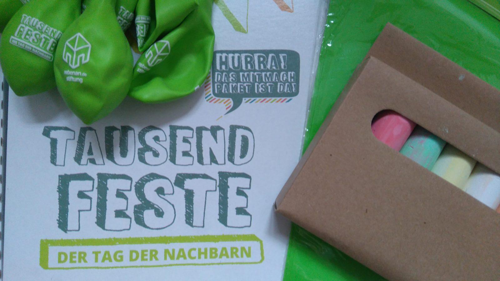 Werbematerial der Stiftung mit Straßenkreise, Luftballons und Wimpeln